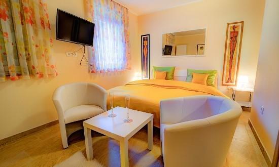 Dobra hiša rumena soba